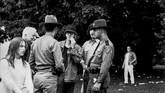 Pihak kepolisian terlihat berjaga-jaga dan memeriksa para pengunjung Woodstock 1969 di Bethel, New York. (AP File Photo, File)