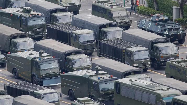 Kendaraan militer China ditempatkan di perbatasan antara Hong Kong dan China pasca aksi demo RUU ekstradisi.