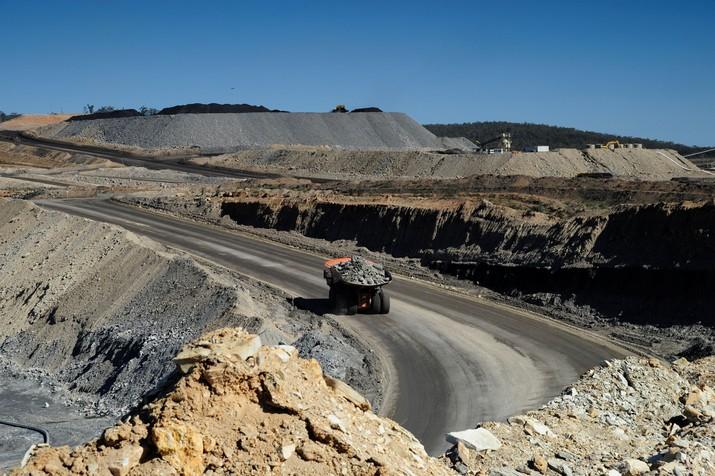 Harga batu bara anjlok menyusul penurunan permintaan energi pada tingkat global ke level terendah sejak Agustus 2016.