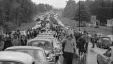 Saat itu, jalan menuju lokasi dipenuhi orang dan mobil yang mengarah ke satu tempat yang sama. Macetnya tak terkira.(AP Photo, File)