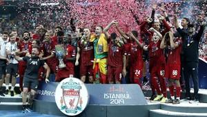 FOTO: Kalahkan Chelsea, Liverpool Angkat Piala di Awal Musim