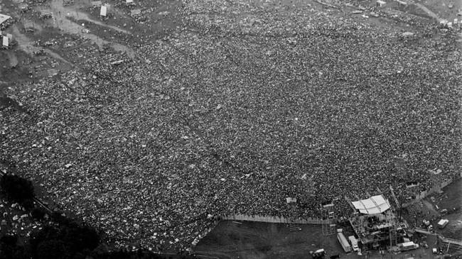 Sekitar 400 sampai 500 ribu orang memenuhi lahan peternakan itu untuk merayakan pergerakan perdamaian yang diimpikan oleh kaum hippies. (Paul Gerry (Gift of Pat Gerry)/The Museum at Bethel Woods/Via REUTERS)