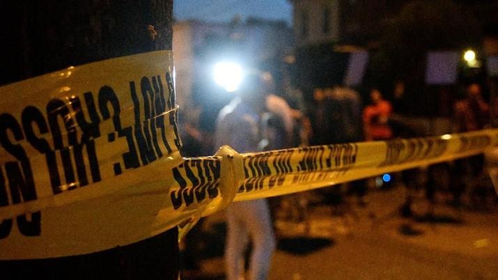 Polisi meminta penduduk setempat untuk tetap berada di dalam rumah dan menjauh dari area baku tembak.