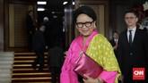Mentri luar negeri Retno Marsudi memilih kebaya dengan warna pink terang dan selendang kuning saat menghadiri Sidang Tahunan MPR, di Kompleks Parlemen, Senayan, Jakarta, Jumat, 16 Agustus 2019. (CNN Indonesia/Adhi Wicaksono)