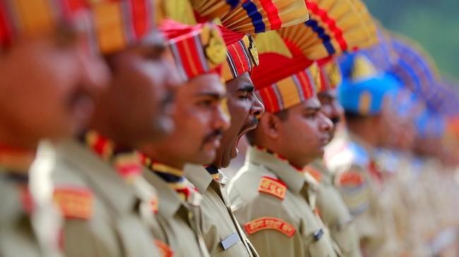 Personel pasukan keamanan India menguap saat mengikuti parade saat perayaan kemerdekaan India, menyusul pencabutan status istimewa Kashmir, di Srinagar. (Reuters/Danish Ismail)