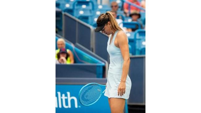 Maria Sharapova tertunduk lesu usai dikalahkan Ashleigh Barty pada babak kedua Cincinnati Masters 2019. (Meg Vogel/The Cincinnati Enquirer via AP)