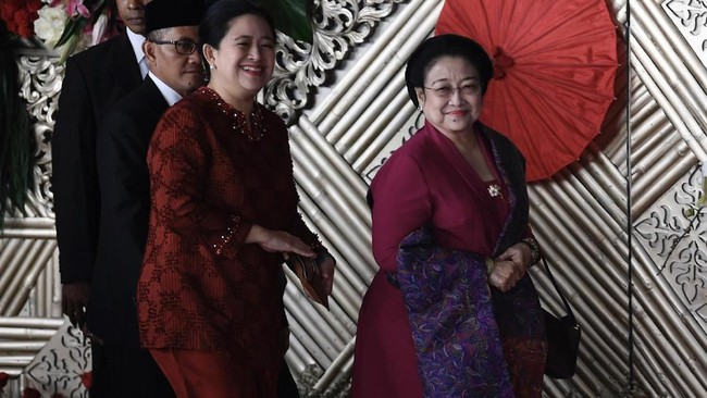 Bersama sang ibu Megawati Soekarno Putri, Puan Maharani kompak memakai busana berwarna merah. Dia menggunakan tunik atau baju kurung merah. (ANTARA FOTO/Puspa Perwitasari/ama).