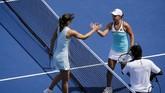 Maria Sharapova (kiri) bersalaman dengan Ashleigh Barty usai kalah di babak kedua Cincinnati Masters 2019. (Meg Vogel/The Cincinnati Enquirer via AP)
