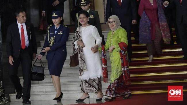 Iriana Jokowi memilih untuk memakai baju kurung putih dengan tambahan aksesori mutiara dan selendang batik motif parang. (CNNIndonesia/Adhi Wicaksono)