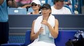 Maria Sharapova yang banyak absen di 2019 karena cedera bahu tidak mampu berbuat banyak menghadapi Ashleigh Barty. (Meg Vogel/The Cincinnati Enquirer via AP)