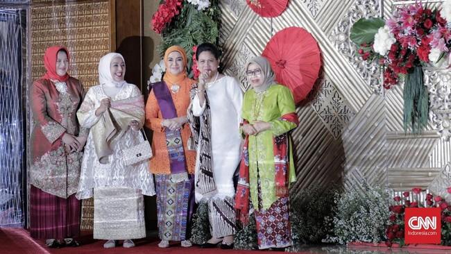 Istri Jusuf Kalla, Mufidah Jusuf Kalla memilih kebaya hijau terang yang digabungkan dengan selendang dan batik merah. Untuk hijabnya dia memilih hijab berwarna nude. (CNN Indonesia/Adhi Wicaksono)