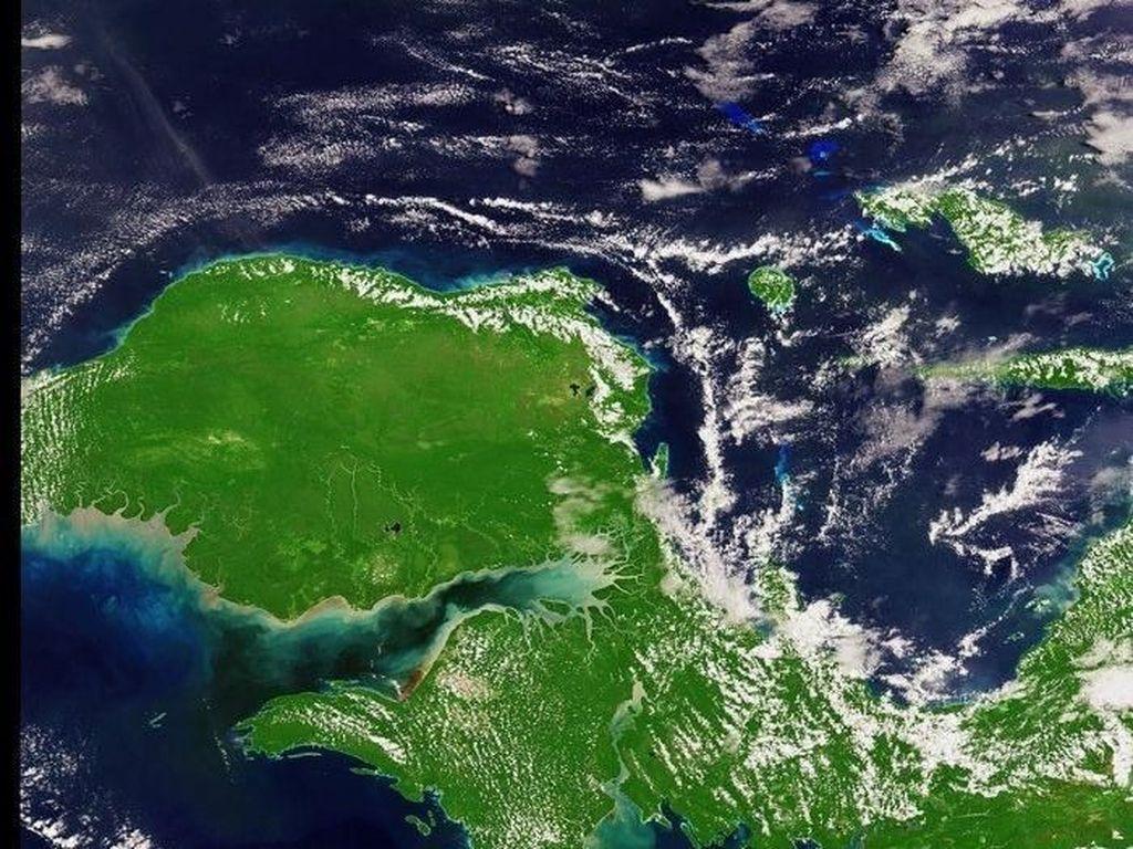 Penampakkan sebagian pulau Papua yang indah dari angkasa. Sekitar 60% sampai 80% wilayahnya diselimuti oleh hutan yang menghijau. Foto: ESA/NASA