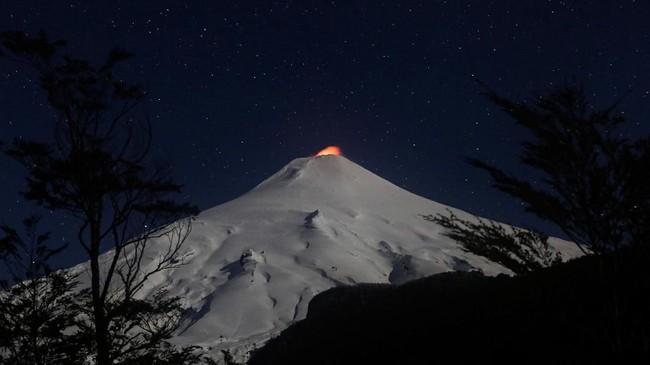 Gunung berapi Villarrica saat malam di Kota Pucon, Chile. (Reuters/Cristobal Saavedra)