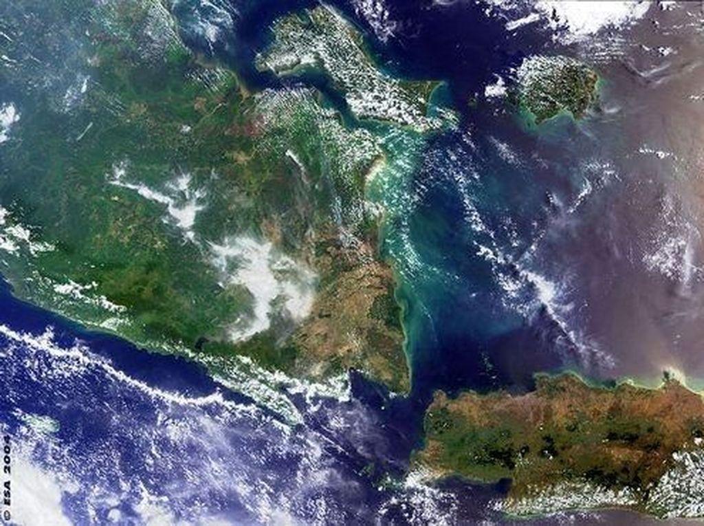Penampakan sebagian Pulau Sumatra dan sebagian Pulau Jawa yang dipisahkan oleh selat Sunda, seperti terekam oleh satelit ESA. Foto: ESA/NASA