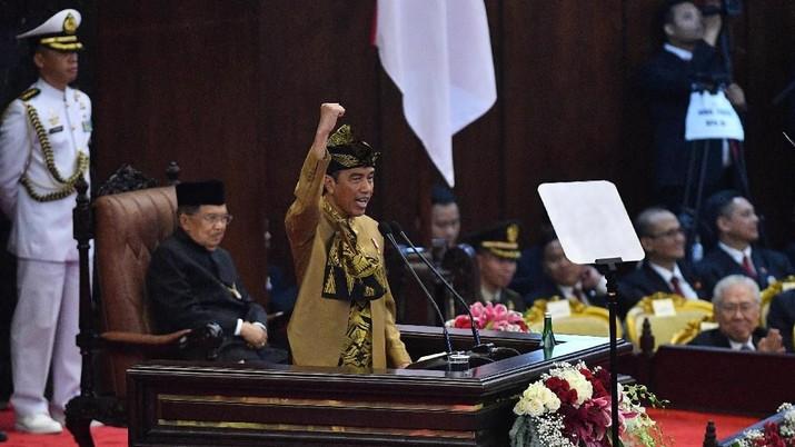 Gaya Jokowi Sampaikan Pidato dengan Baju Adat Sasak