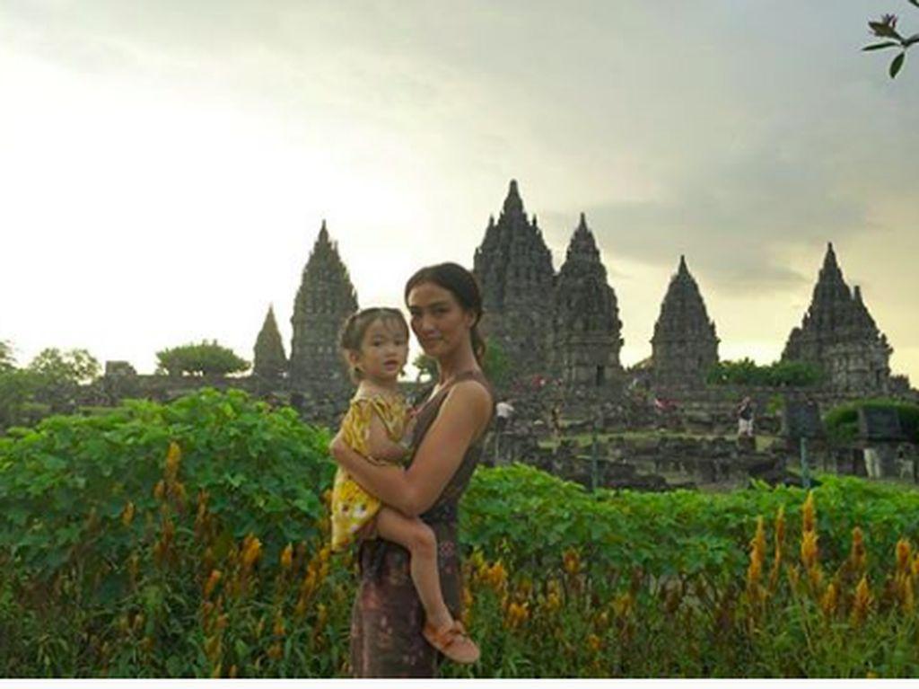 Foto: Cantiknya Atiqah Hasilohan dan Candi Prambanan