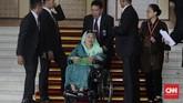 Istri Presiden keempat RI Abdurrahman Wahid, Sinta Nuriyah Wahid memilih baju panjang berwarna toska dengan tambahan kerudung berwarna senada namun dalam shade lebih terang. (CNN Indonesia/Adhi Wicaksono)