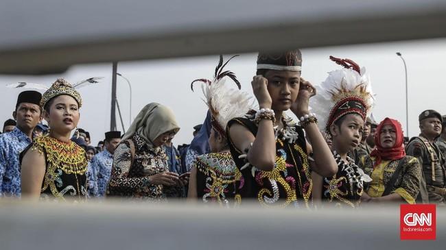 Sejumlah peserta upacara mengenakan pakaian adat. Perwakilan forum komunikasi pimpinan daerah (forkopomda), ormas dan siswa juga hadir di lokasi. (CNN Indonesia/Bisma Septalisma)
