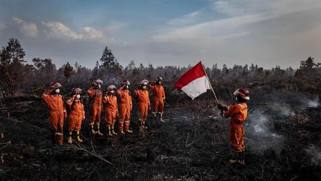 Tim Pencegah Kebakaran Hutan Greenpeace Indonesia menggelar upacara bendera untuk memperingati HUT Kemerdekaan RI ke-74 di lahan perkebunan yang terbakar di Desa Tanjung Taruna, Kecamatan Jabiren Raya, Kabupaten Pulang Pisau, kalimantan Tengah. (Ulet Ifansasti/Greenpeace)