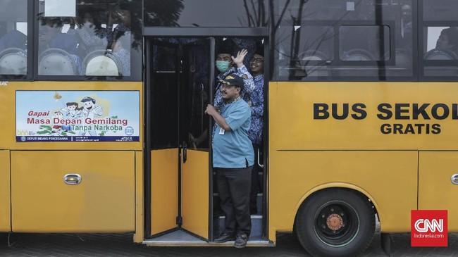 Pegawai negeri sipil wajib hadir dan disediakan moda transportasi berupa bus menuju lokasi pelaksanaan upacara HUT ke-74 RIpada pukul 05.30 WIB. (CNN Indonesia/Bisma Septalisma)