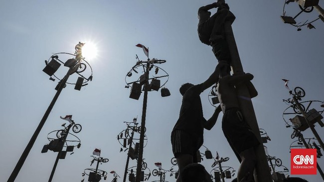 Suasana kemeriahan lomba panjat pinang kolosal menyambut HUT ke-74 Republik Indonesia di Pantai Carnaval, Ancol, Jakarta, Sabtu, (17/8). (CNN Indonesia/Bisma Septalisma)