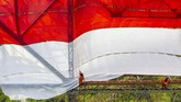 Petugas mengibarkan Bendera Merah Putih di Jembatan Cisomang, Purwakarta, Jawa Barat, Sabtu (17/8). Bendera Merah Putih dengan ukuran 20 meter x 13 meter tersebut dikibarkan oleh tim gabungan pecinta alam Cimahi - Bandung Barat yang digagas oleh Mapala Janabona-IMT. (ANTARA FOTO/M Ibnu Chazar/foc)