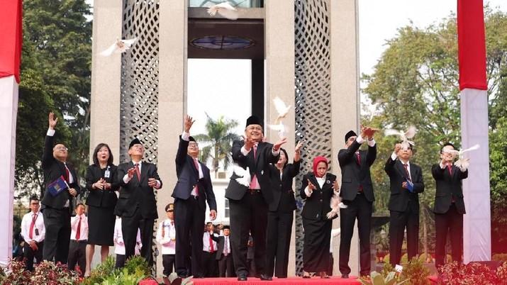 Bank Indonesia (BI) resmi meluncurkan QR Indonesia Standart (QRIS). Adapun QRIS ini hanya satu-satunya berlaku di Indonesia secara nasional.