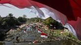 Warga mengibarkan bendera di Sungai Kalianyar, Solo, Jawa Tengah, Sabtu (17/8). Selain untuk merayakan HUT ke-74 Tahun Republik Indonesia, aksi tersebut digelar sebagai kampanye pelestarian sungai. (ANTARA FOTO/Maulana Surya/foc)