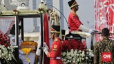 Kereta kencana membawa bendera pusaka menuju Istana Negara pada upacara peringatan HUT ke-74 RI. Kereta kencana itu bernama Ki Jagaraksa yang dibuat pada 2013 di Purwakarta. (CNN Indonesia/ Adhi Wicaksono)