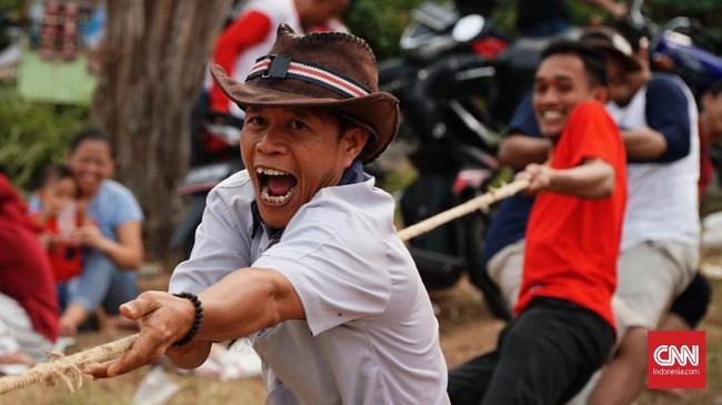 Beragam perlombaan diselenggarakan dalam rangka memperingati HUT ke-74 RI di Kampung Cicayur, Tangerang, Sabtu(17/8). (CNN Indonesia/Daniela)