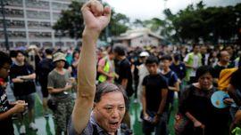 Diterpa Hujan, Seribu Guru Hong Kong Tetap Berdemo