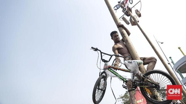 Suasana kemeriahan lomba panjat pinang kolosal menyambut HUT ke-74 Republik Indonesia di Pantai Carnaval, Ancol, Jakarta, Sabtu (17/8). (CNN Indonesia/Bisma Septalisma)