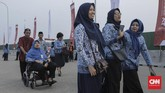 Sejumlah pegawai negeri sipil (PNS) di lingkungan Pemprov DKI Jakarta bersiap mengikuti upacara peringatanHUT ke-74RI di Pantai Maju, Pulau D Reklamasi, Jakarta, Sabtu, 17 Agustus 2019. (CNN Indonesia/Bisma Septalisma)