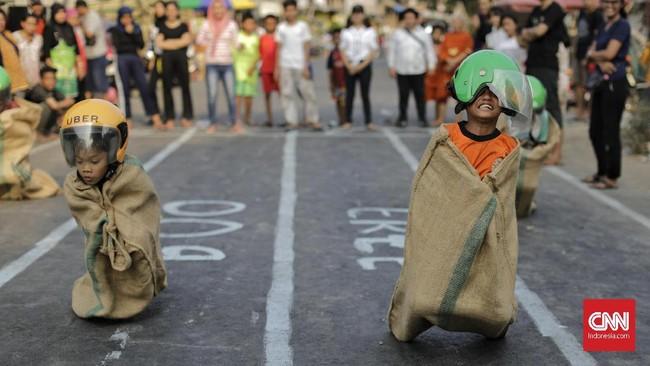 Warga mengikuti lomba permainan tradisional di Manggarai, Jakarta, Sabtu (17/8). Lomba tersebut dalam rangka merayakan HUT ke-74 Kemerdekaan RI. (CNN Indonesia/Adhi Wicaksono)