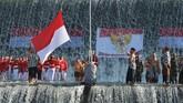 Warga yang mengenakan pakaian adat Bali mengibarkan Bendera Merah Putih dalam upacara bendera memperingati HUT ke-74 Proklamasi Kemerdekaan RI di Sungai Unda, Klungkung, Bali, Sabtu (17/8). (ANTARA FOTO/Nyoman Budhiana/foc).