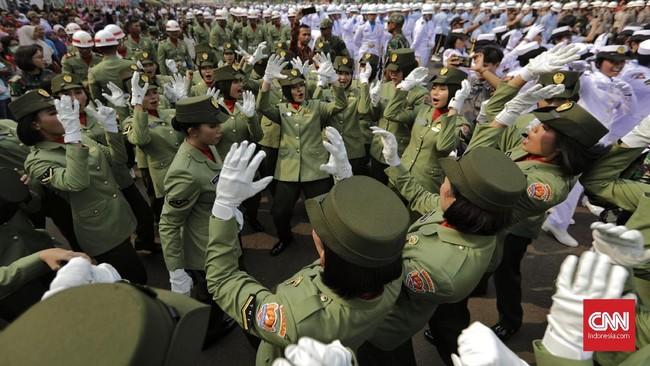 Sejumlah prajurit TNI AL menyanyikan lagu penyemangat ketika melakukan persiapan kirab duplikat Bendera Pusaka Merah Putih dan teks Proklamasi Upacara Peringatan Detik-Detik Proklamasi di kawasan Monas, Jakarta. (CNN Indonesia/ Adhi Wicaksono)