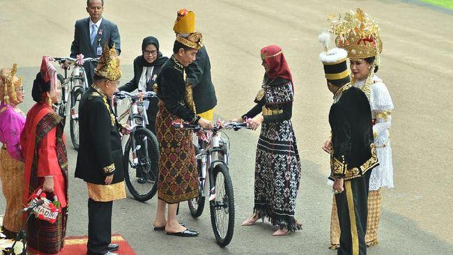 Kala Sultan Berau dan Istri Menhan dapat Sepeda dari Jokowi
