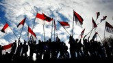 Sejumlah warga membawa bendera merah putih saat mengikuti upacara bendera memperingati HUT ke-74 Kemerdekaan RI di Bukit Tokka, Desa Bontomarannu, Kabupaten Maros, Sulawesi Selatan, Sabtu (17/8). (ANTARA FOTO/Abriawan Abhe/foc).