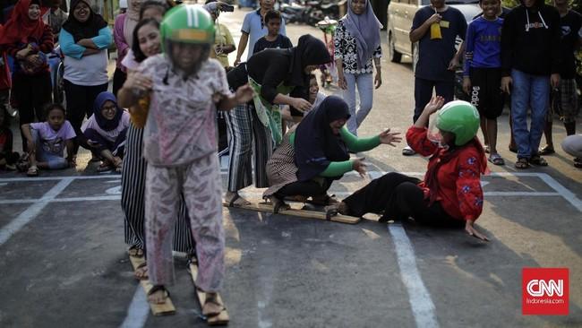 Warga mengikuti lomba permainan tradisional di Manggarai, Jakarta (17/8). Lomba tersebut dalam rangka merayakan HUT ke-74 Kemerdekaan RI. (CNN Indonesia/Adhi Wicaksono)