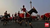 Sejumlah prajurit menunggang kudasaat kirab bendera pusaka Merah Putih peringatan HUT ke-74 RI di Silang Monas, Jakarta.(CNN Indonesia/ Adhi Wicaksono)