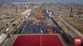 Panggung tersebut berwarna merah putih berukuran 6x3 meter dengan tinggi sekitar 80 cm. Barisan pegawai negeri sipil (PNS) di Pulau D Reklamasi Teluk Jakarta saat mengikuti upacaraHUT ke-74 RI. (CNN Indonesia/Bisma Septalisma)
