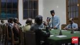 Malam harinya, Soekarno dan Hatta kembali ke Jakarta, Setelah diyakini bahwa situasi memungkinkan untuk membacakan teks proklamasi, mereka bersama anggota PPKI merumuskan naskah Proklamasi. (CNN Indonesia/Adhi Wicaksono)