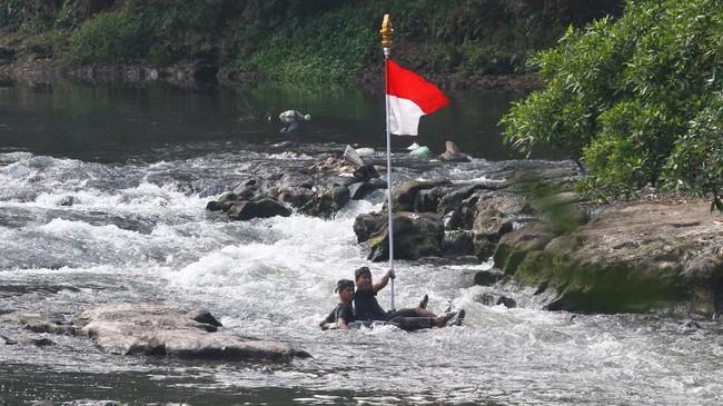 Peserta mengikuti Upacara Bendera HUT Ke-74 kemerdekaan RI di Sungai Amprong, Kotalama, Malang, Jawa Timur, Sabtu (17/8). Upacara bendera tersebut sengaja diadakan di sungai untuk menggugah masyarakat agar turut serta dalam menjaga kebersihan dan kelestarian sungai. (ANTARA FOTO/Ari Bowo Sucipto/foc)