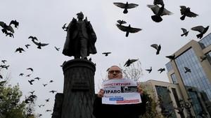 Demi Pemilu Adil Rusia, Aktivis 'Piket' Unjuk Rasa Sendirian