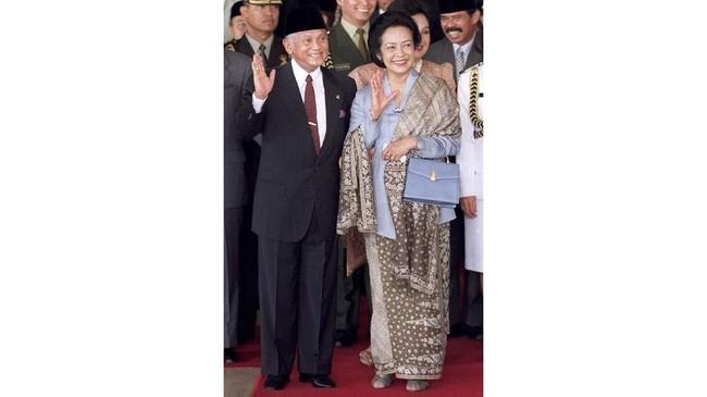 Istri Presiden BJ Habibie, Ainun Besari, menampilkan sosok perempuan berkebaya yang sederhana dan elegan. Kebaya ini mencerminkan perempuan yang karier dan intelektual. (Photo by Oka Budhi/AFP)