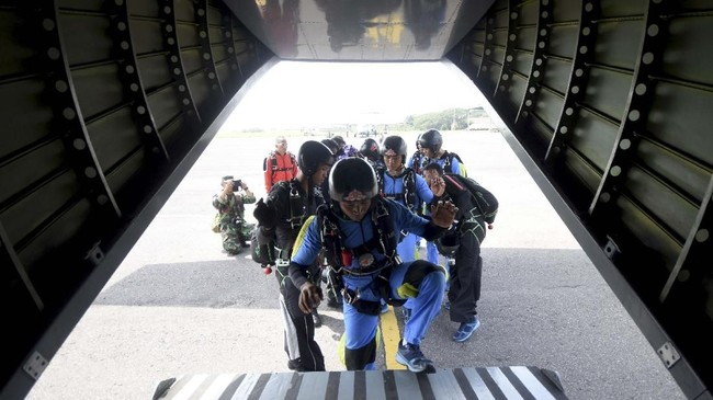 Para siswa pun akan berlatih teknik masuk dan keluar pesawat, melayang dan mengemudi, melipat parasut, teknik mendarat, hingga penguasaan tumpuan udara ketika melompat dari pesawat Cassa NC212. (ANTARA FOTO/M Risyal Hidayat)
