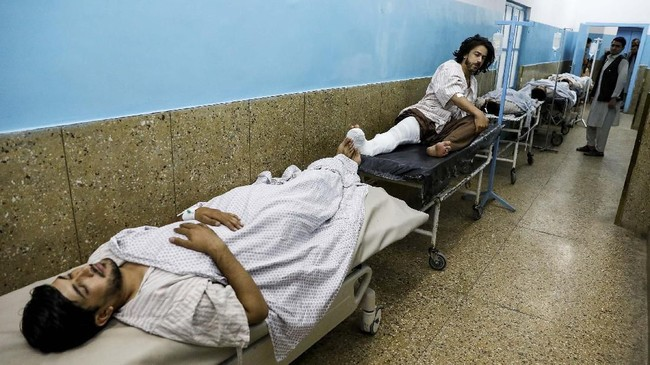 Seorang saksi mata, Mohammad Farhag, berada di area wanita saat ledakan terjadi. Dia mengaku mendengar ledakan besar tersebut muncul dari area pria. (REUTERS/Mohammad Ismail)