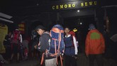 Sejumlah pendaki Gunung Lawu melakukan persiapan pendakian di gerbang jalur pendakian Cemorosewu di Magetan, Jawa Timur, Jumat (16/8). (ANTARA FOTO/Siswowidodo)
