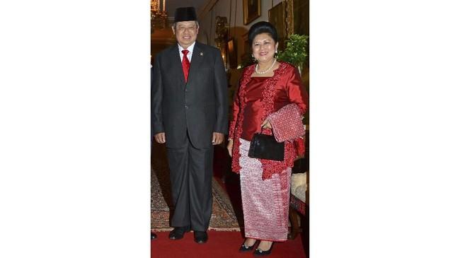 Ibu Ani Yudhoyono memperlihatkan kesan perempuan yang aktif dan dinamis. Terlihat dari siluet kebaya yang feminim, energik, dan tegas. (REUTERS/Ben Stansall/pool)