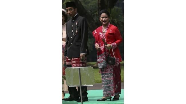 Ibu Iriana Jokowi lebih banyak mengenakan kebaya semi formal yang tidak lagi mengikuti pakem. Kebaya Iriana cenderung mengikuti gaya masa kini. (REUTERS/Achmad Ibrahim/Pool)